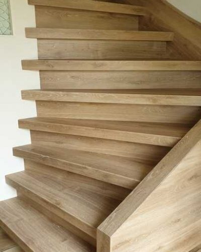 Dichte houten trap met opbergruimte