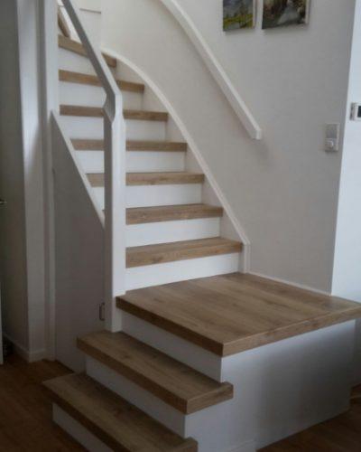 Dichte trap met houten treden en overloop