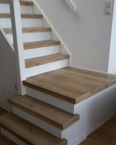 Witte landelijke trap met laminaat treden